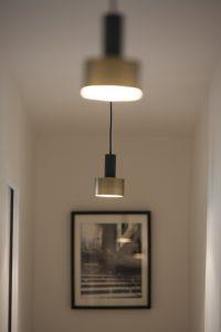 Des suspensions design pour un long couloir