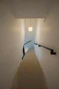 Suspension dans montée d'escalier