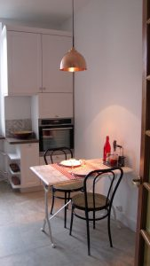 Coin repas avec table bistrot