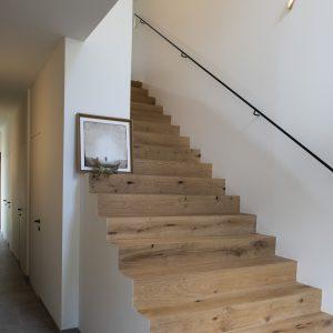 Montée d'escalier d'un chalet contemporain