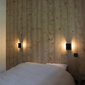 Tête de lit avec appliques de Charlotte Perriand